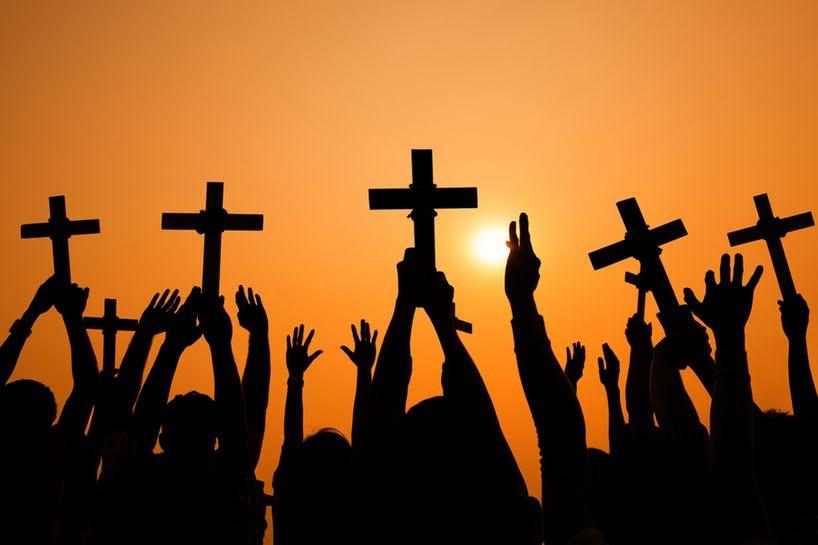 El cristianismo Para los cristianos, Dios envió a Jesus, su hijo hecho hombre, el Mesias, que murió por la salvación de todos y resucitó par mostrar el poder De Dios y el cumplimiento de todas las promesas