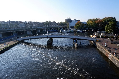 Amsterdam trials 'bubble barrier' to clean river waste