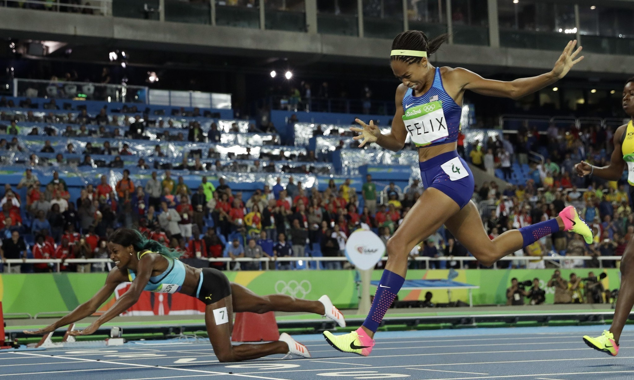 Shaunae Miller's dive denies Allyson Felix 400m gold in dramatic final