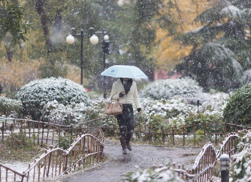Beijing Welcomes First Snow of Winter: Pictures