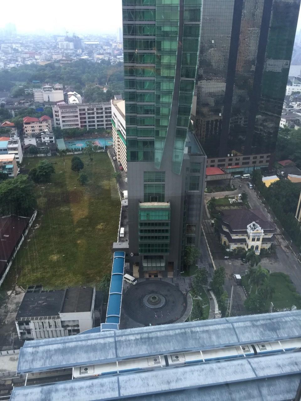 沙吞主打的大窗,一早起來就趕快拉開浴室的窗簾,享受曼谷的景色。大樓後面的操場很有趣,好想看看曼谷的學校呵。