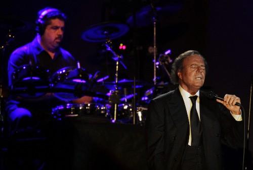 """Julio Iglesias dice que 50 años de carrera como cantante es un """"milagro"""""""