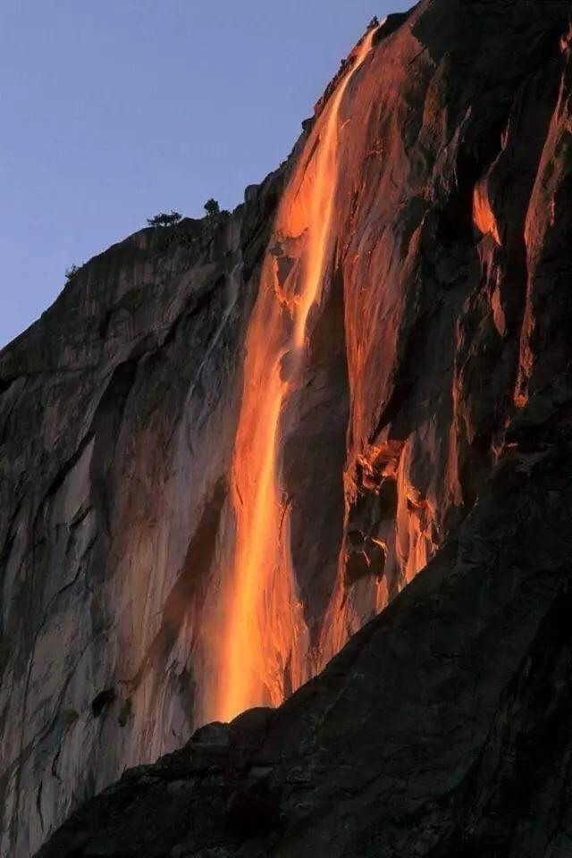 马尾瀑布,又称火瀑布,位于美国西南部内华达山脉。总高度超过2000英尺,水流从近500英尺的高度倾泻而下。火瀑布景观只在每年2月末的两个星期内有一定几率可以看见。…!!!