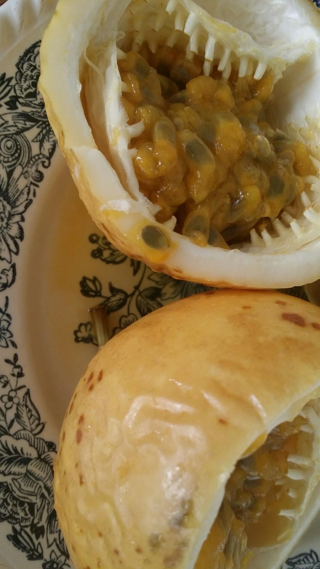 Michael bezong dit heerlijke fruit snoepje volgens mij: ma ma se, ma ma sa, ma Markoesa. Van de centrale markt, 6 grote voor 10 SRD.