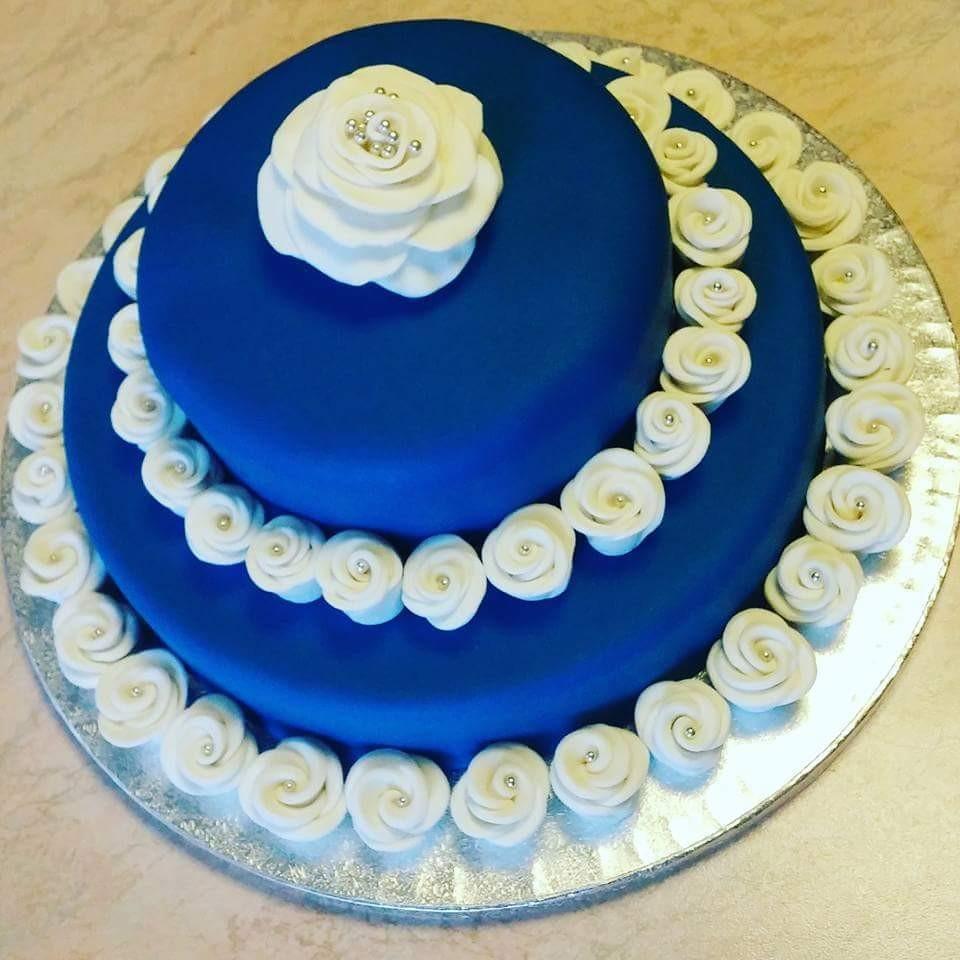 Ecco il risultato finale! Torta di compleanno con rose bianche in pasta di zucchero al cioccolato bianco con Nutella #ciuffina #tortadecorata #torta #cake #pastadizucchero #sugarpaste #blu #blue #bianco #white #rosa #rose #roses #compleanno #birthday #mudcake #cioccolatobianco #nutella #buoncompleanno #happybirthday