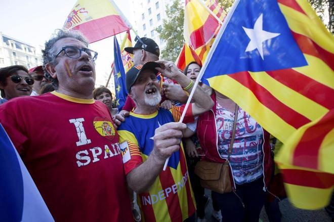 """Veto a productos catalanes: el 23,2% de los españoles de fuera de Cataluña dice haber dejado de adquirirlos A nivel nacional, la percepción de Cataluña como región de negocios ha caído en picado por el desafío independentista Por el lado contrario, casi la mitad de los catalanes tiene pensado """"castigar"""" a las compañías que han movido su sede social de la región El 'procés' fuerza a las empresas catalanas a definir su posición Los empresarios reconocen que ya hay """"reacciones"""" contra los productos catalanes El desafío secesionista que está viviendo Cataluña está polarizando la opinión pública y afectando tanto a la economía de la región como a la de España en general. Esta polarización, unida a la salida en masa de pymes, así como de las sede de gigantes empresariales, está teniendo una importancia creciente tanto en los negocios de las empresas como en su reputación. En este sentido, según una encuesta llevada a cabo por Reputation Institute, nada menos que el 77,5% de los españoles aplaude la decisión de las numerosas compañías que han decidido salir de Cataluña."""
