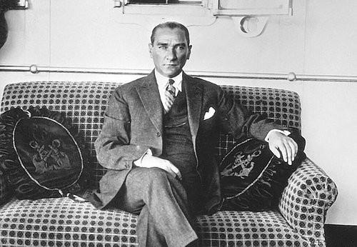 Atatürk zamanında instagram olsaydı atam net instagram fenomeniydi bir insan her fotoğrafta mı tarz çıkar.