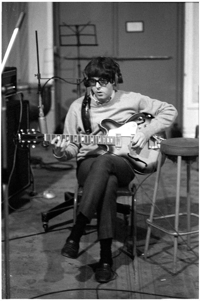 Пол хотел, чтобы его голос звучал очень грубо во время исполнения «Oh Darling», поэтому он записывал ее снова и снова, пока наконец не оказался доволен результатом. «Я хотел, чтобы она звучала так, словно я пою ее со сцены, причем делаю это целую неделю», – говорил он. Он написал ее, думая о рок-балладах пятидесятых годов, в частности, о вещах Джеки Уилсон. Это была простая песня, в которой он умолял любимого человека остаться с ним на всю жизнь. Джон так и не оценил вокал Пола и считал, что он мог бы сделать и лучше. «Это больше походило на мой стиль, нежели на его», – говорил он. Из книги Стива Тернера The Beatles История за каждой песней.