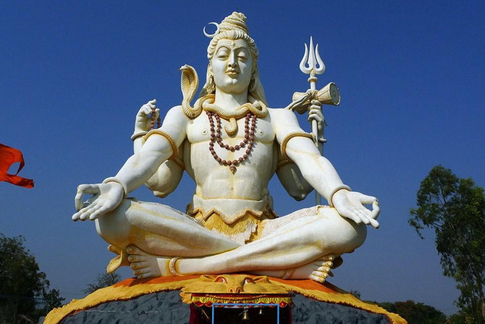 El hinduismo: El hinduismo es una religión que tiene su origen en las creencias y ritos de los pueblos antiguos Del Valle del Indo y en la religión védica, basada en textos sagrados que aparecieron a partir del siglo XV a.C.