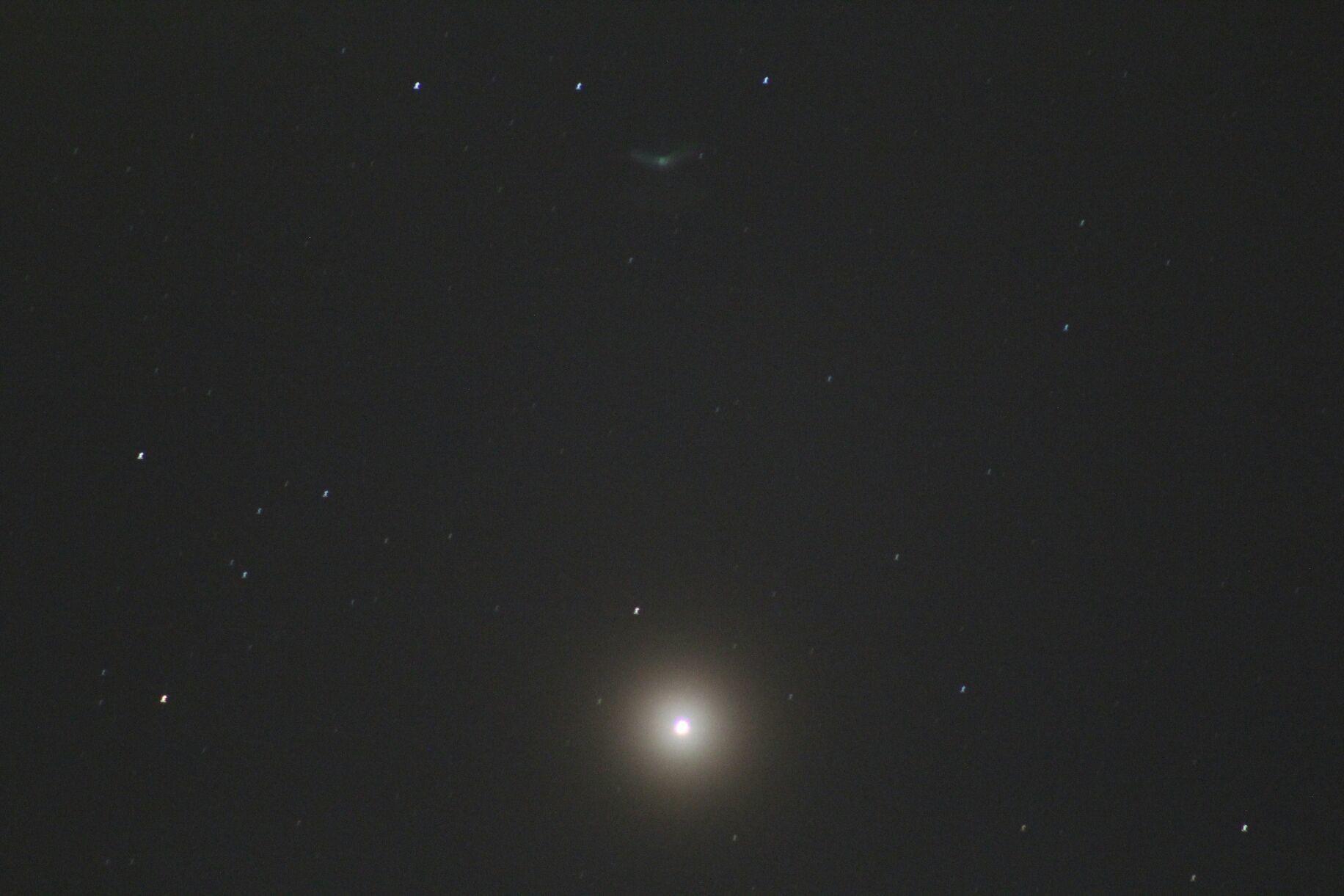 Cometa en la parte superior,abajo Marte,desde Medellin