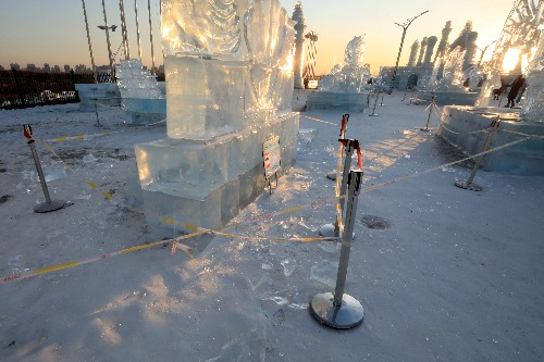 Big thaw hits Harbin ice sculptures in China