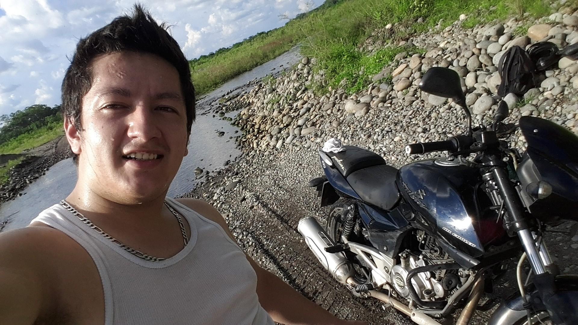 Mi moto, la más tuca, piedras, asfalto, lastrado, rio, no importa el camino, mi moto no se queda, gracias Dios.