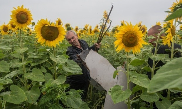 MH17: Kiev and rebels hold talks to set up security zone around crash site