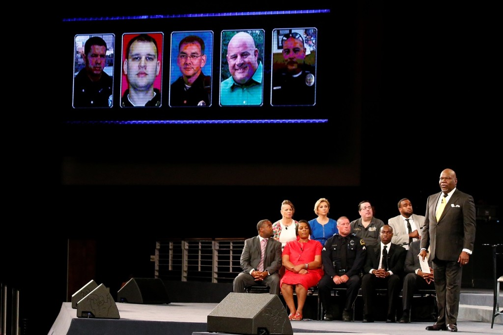 Dallas Mourns Slain Police Officers: Pictures