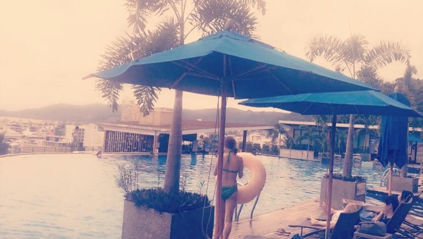 호텔 수영장 안에서 ^^