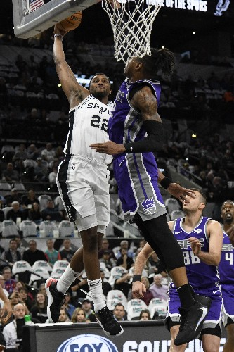 Murray's late jumper lifts Spurs past Kings in OT