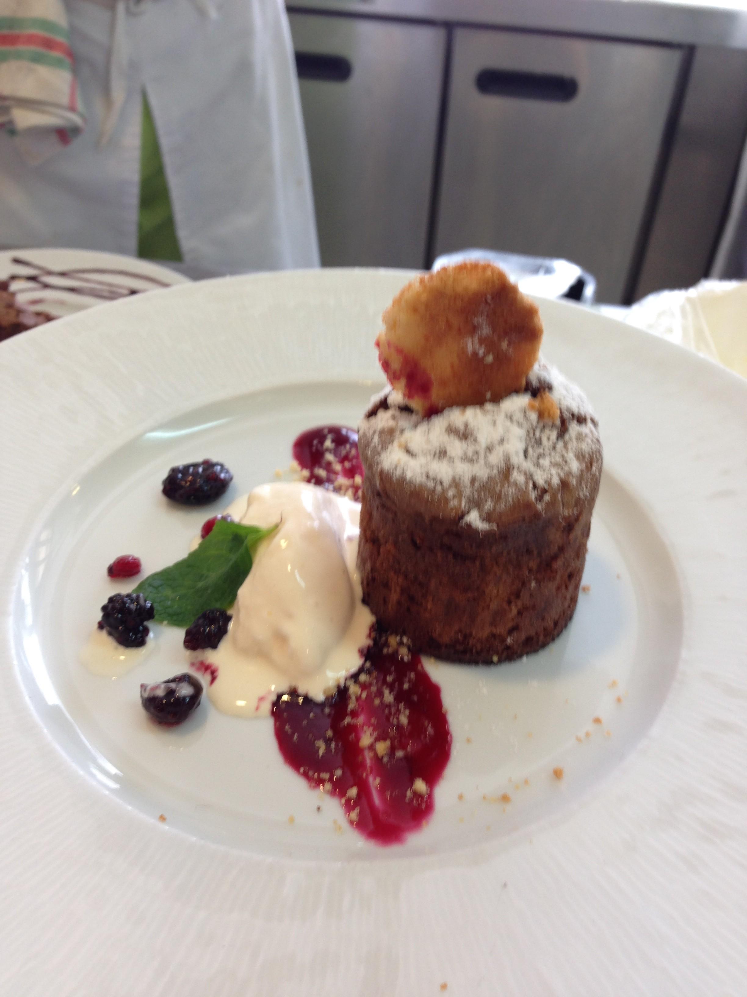 Postre individual: Brownie con helado de queso, coulis de frutos rojos, y galleta de la amona. Por Manci