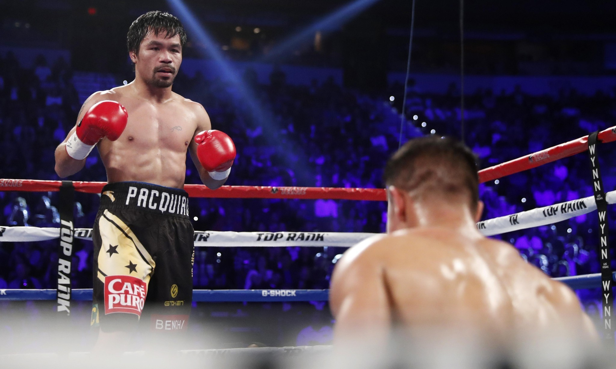 Pacquiao tops Vargas to regain title as Mayweather watches from ringside