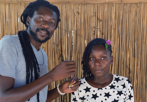 Mozambican hairdresser breaks taboos to keep 'Afro' love alive