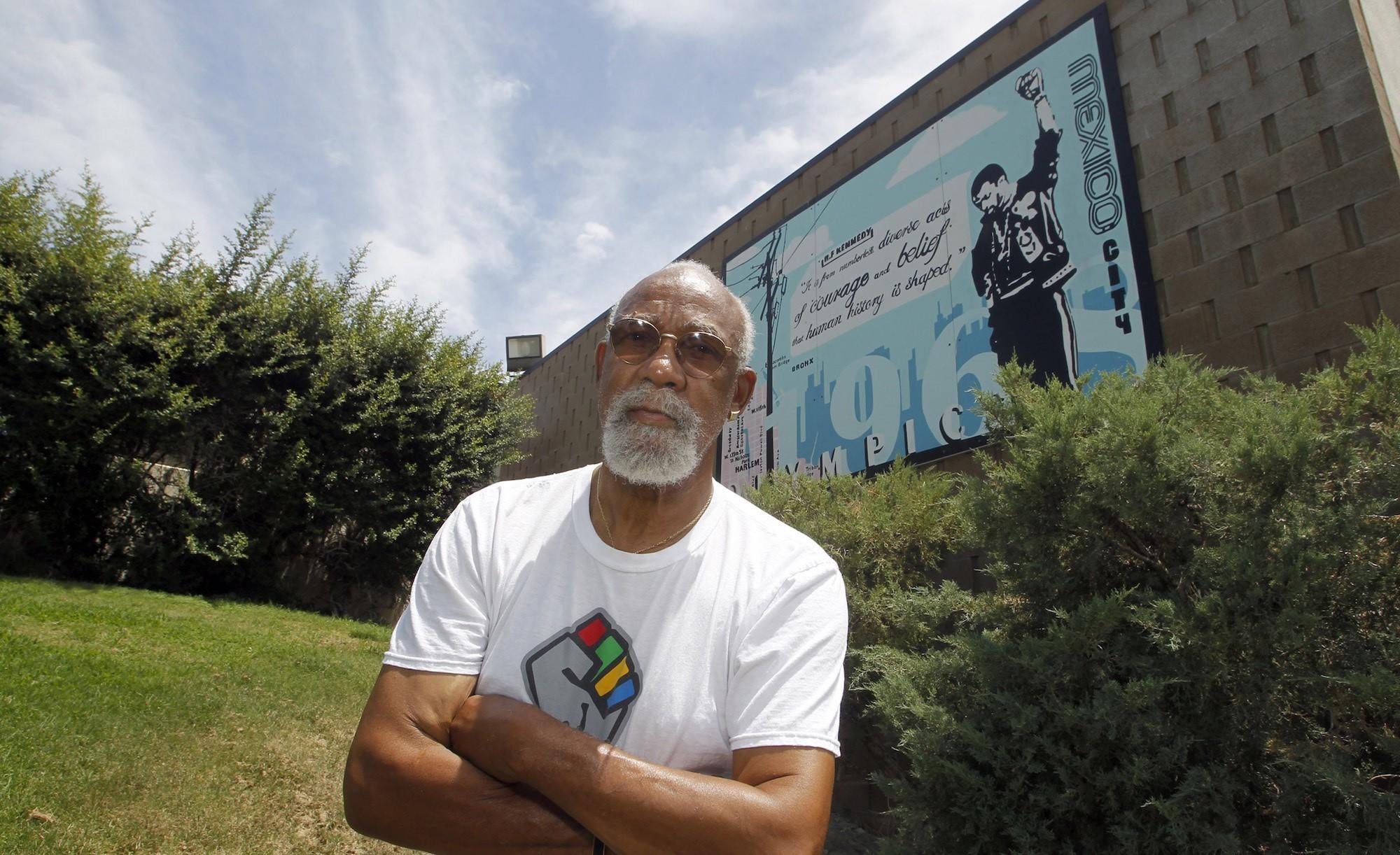 Iconic Olympics protester John Carlos admires Colin Kaepernick's 'courage'