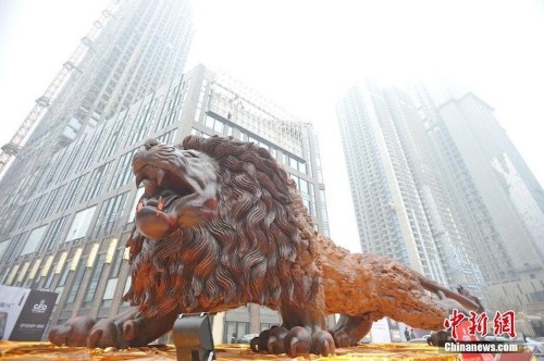 Giant Lion Carved from Single Tree Trunk Took 20 People 3 Years to Complete