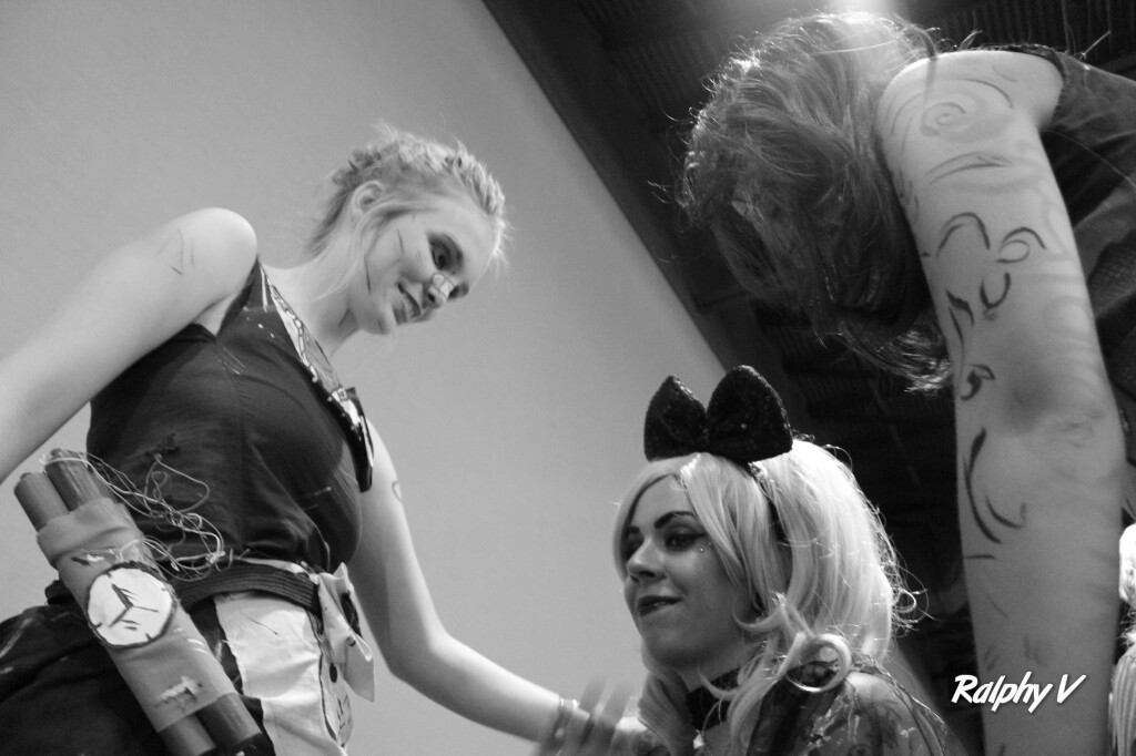 After capturing this perfect moment between friends, they were there for her when no one was around to care for her. Cosplayers unite.