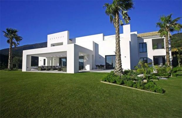 Real Estate Porn: Winter-White Modern Homes We Want Now