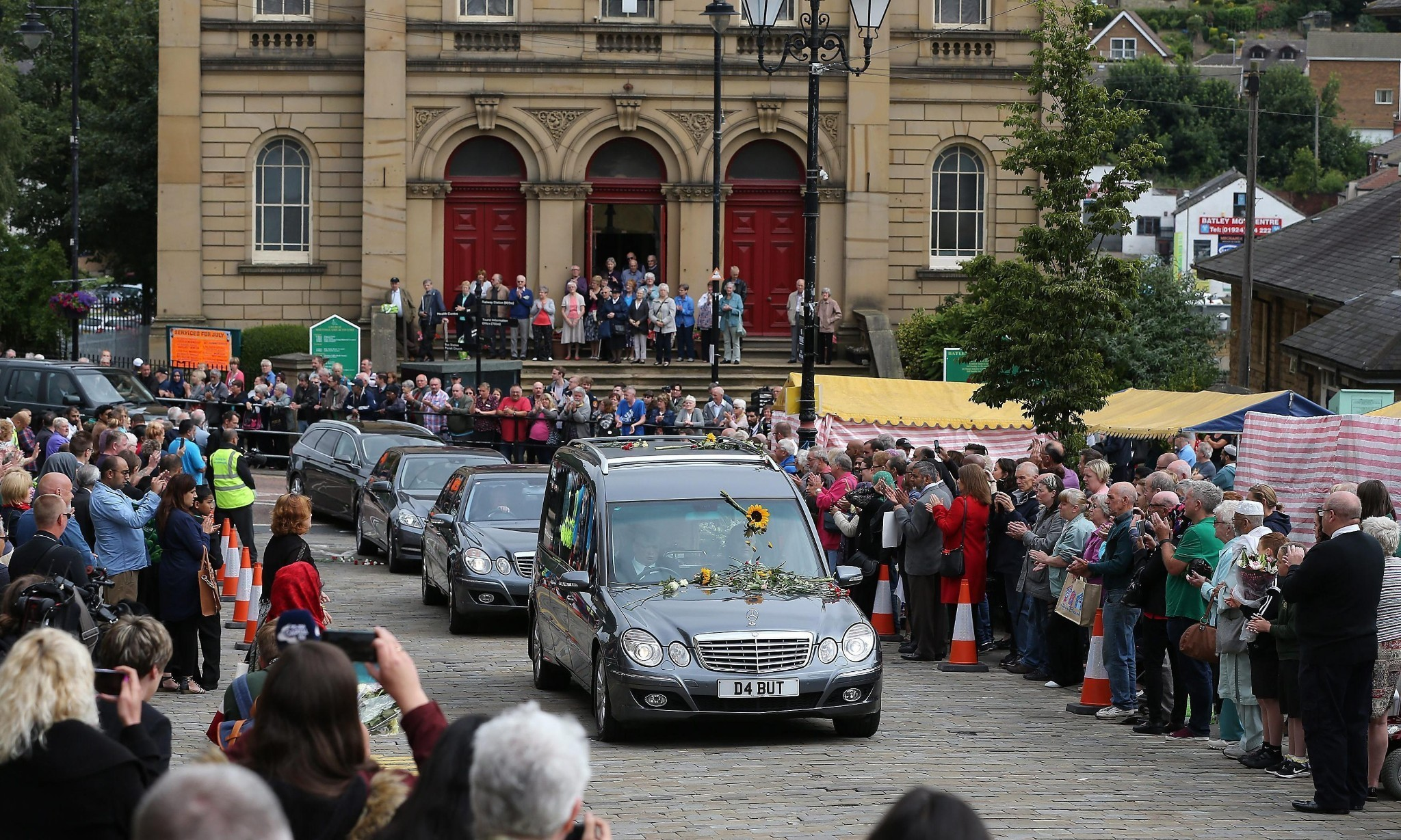 Jo Cox funeral brings thousands of mourners on to streets