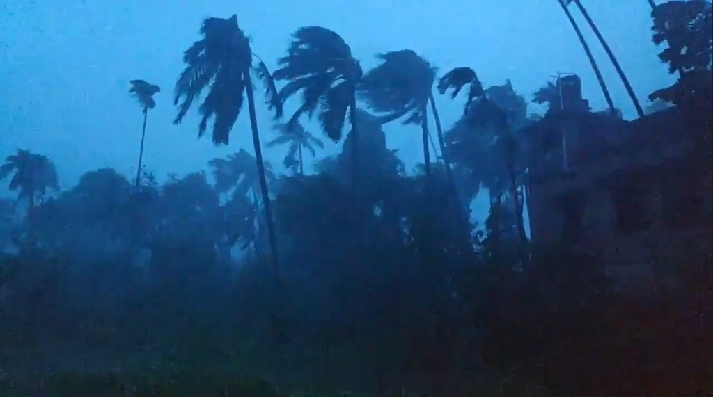 Deadly Cyclone Rips Through India, Bangladesh: Pictures