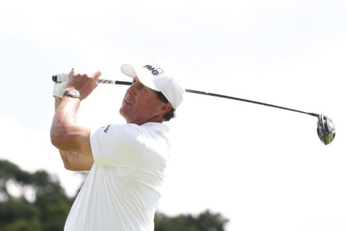Mickelson rushes to make tee time after hotel fire
