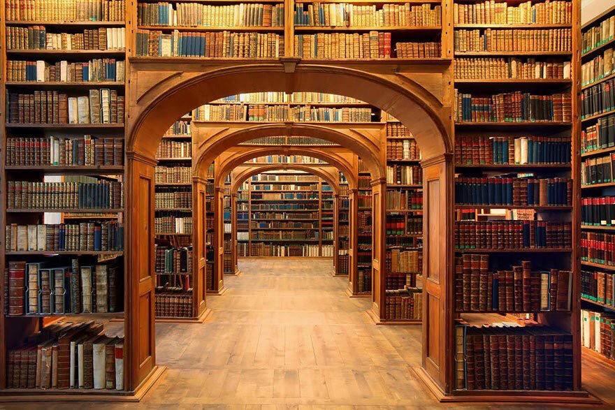 """""""No puedes aprender a escribir en una universidad. Es un lugar muy malo para los escritores porque los profesores siempre piensan que saben más que uno, y no es cierto. Ellos tienen muchos prejuicios. Digamos: a ellos les gusta Henry James, pero ¿qué pasa si no quieres escribir como Henry James? (…) La biblioteca, por otro lado, no tiene límites. La información está ahí para que la interpretes. No hay nadie que te diga que pensar, que te diga si eres bueno o no. Lo descubres por ti mismo."""" Ray Bradbury"""