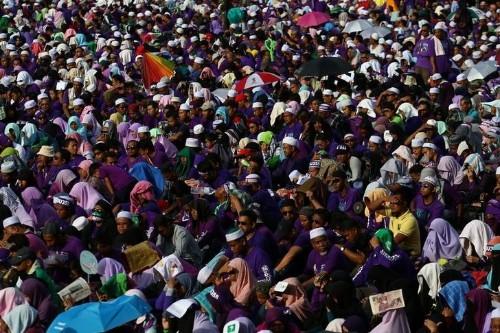 الآلاف يحتشدون في ماليزيا لتأييد مشروع قانون بتطبيق الحدود