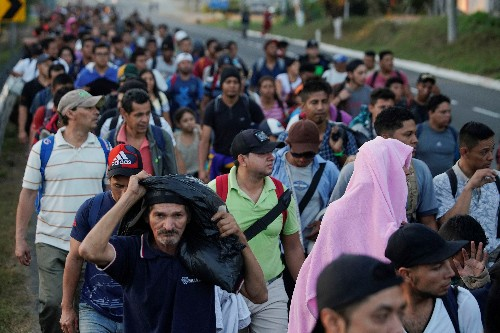 Hundreds of Central American migrants enter Mexico with few checks