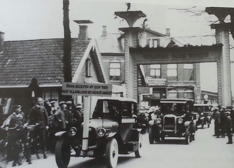 1mei 1931 werden de wegtollen opgeheven.Ter gelegenheid hiervan werd een auto-optocht georganiseerd. De auto's gaan door een erepoort ter hoogte van de IJzeren Klap.