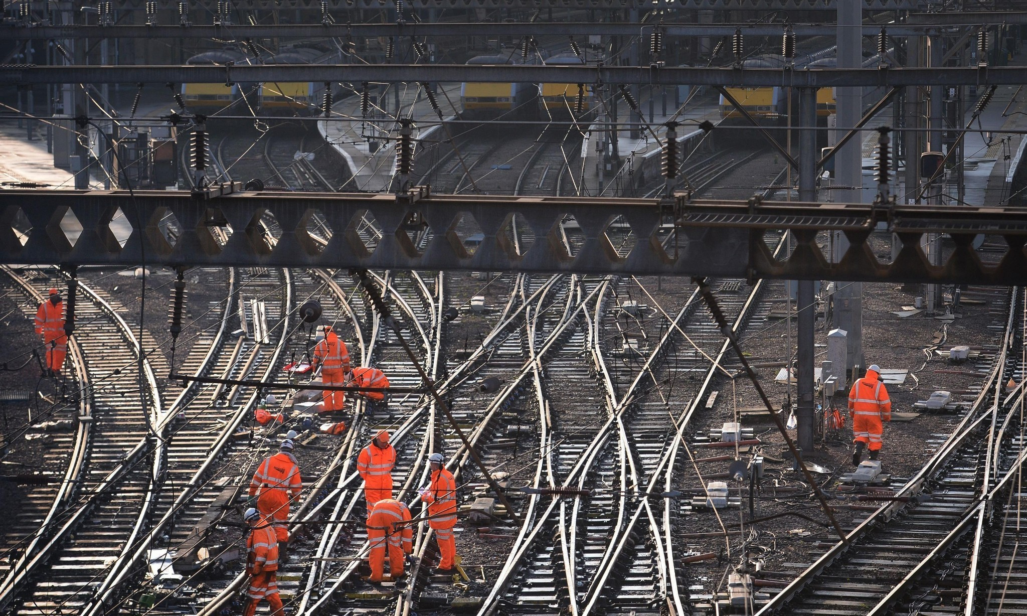Network Rail misses punctuality target as profits fall