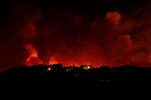 Wildfire rages near Lisbon, hundreds evacuated