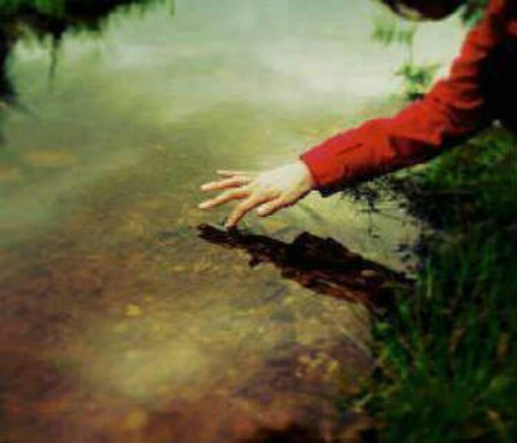 كُلْ الأمَاكنُ نَقَشتُ فِيهَا إسمَكْ ،، إلا فَوقَ المَاءْ ~وَ مـآزلتُ أحَاولْ ?