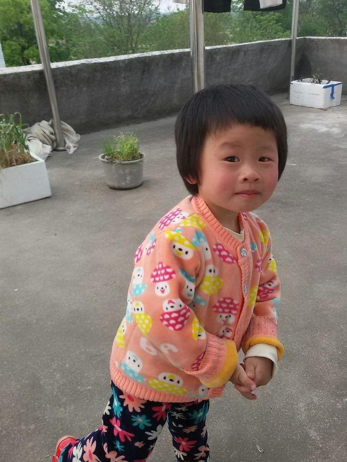 许多中国父母都不配生孩子,其实意思是指,人人都有生孩子的权利,但你的养育能力是否匹配父母名号,却未见得。 因为努力地养儿,却儿不作为,成地坑爹的。 好在时代在更新换代,养儿子并不重要,有女儿倒更好。