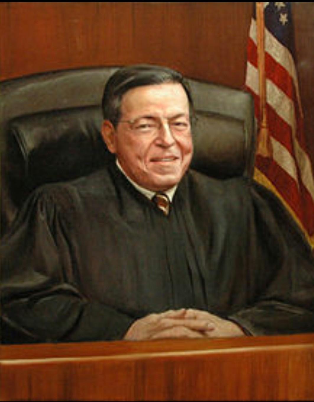 """""""EL JUEZ MÁS REVOCADO EN EL CIRCUITO DE BOSTON POR SUS OPINIONES DESARTICULADAS Y SIN FUNDAMENTO"""" """"De hecho, tengo que decirlo, el juez más revocado en el primer circuito (de Apelaciones) es el juez que tomó la decisión aquí a nivel federal"""", sostuvo la Lcda. Ada Conde. """"Definitivamente tengo que decirte que la decisión nadie la entiende. Primero porque todos los abogados que la han leído han dicho que hay que ir a la universidad otra vez para estudiar leyes porque no entienden cómo fue que se hizo esa decisión. El Tribunal está basándose en un caso de 1972 que ya no se utiliza porque ya eso no es la jurisprudencia normativa. Él (el juez) simplemente está diciendo que el Estados Libre Asociado es el que tiene que cambiar la ley y es el que tiene que aprobar lo del matrimonio, que tiene que hacerlo la Legislatura y compara de una manera que nos hemos quedado tan absortos en la decisión, comparando el matrimonio homosexual con el incesto"""", dijo Conde en relación al dictamen judicial. SE VERA EL CASO EN EL """"CIRCUITO DE BOSTON"""" Y ES PREDECIBLE LA DESESTIMACIÓN DE LA REPUGNANTE E IGNORANTE OPINIÓN DEL JUEZ."""