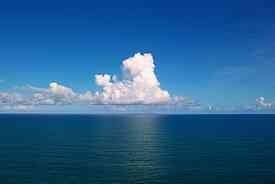 المحيط الهادئ أكبر المحيطات إذ تبلغ مساحته نصف مساحة الغلاف المائي وأكثر من ثلث مساحة سطح الكرة الأرضية وتبلغ مساحته حوالي 165.246 مليون كم2. وفي حال أضفنا إليه البحار الفرعية التابعة له كبحر اليابان وبحر الصين فستصبح مساحته حوالي 179.679 مليون كم2. يقع المحيط الهادي بين القارة الأميركية من جهة وقارتي آسيا وأوقيانيا من جهة أخرى ويحتوي هذا المحيط على أعمق نقطة بحرية في العالم وهي المعروفة باسم خندق ماريانا (11521 م) بالقرب من جزر الفلبين. لكن معدل عمقه يبلغ حوالي 4282 م. ويتصل بالمحيط الأطلسي عبر مضيق ماجلان في أقصى جنوب أميركا الجنوبية وبقناة باناما في أميركا الوسطى.