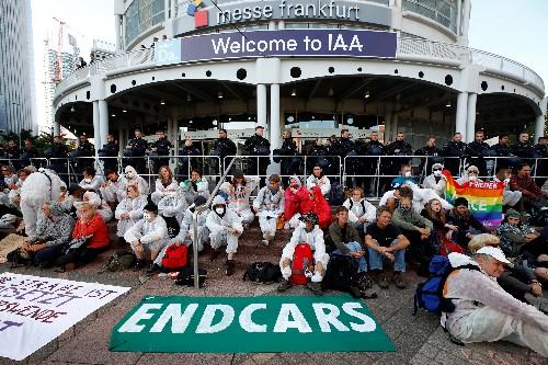 """""""La fête est finie"""", lancent des militants du climat au Salon de l'auto de Francfort"""