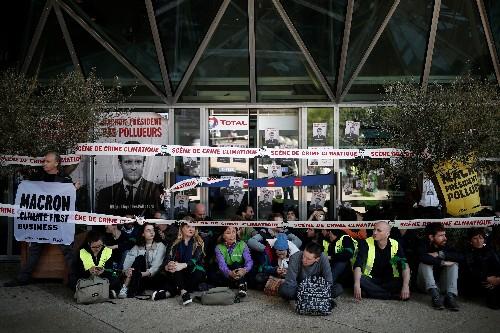 Climat: Des militants bloquent Total, Société générale, EDF à La Défense