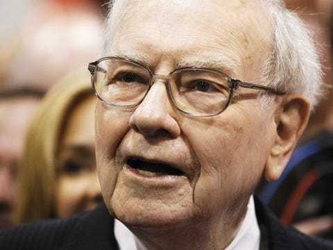 18 books billionaire Warren Buffett thinks everyone should read