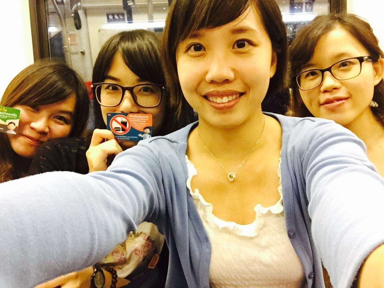 抵達曼谷時已經是夜晚的六點半鐘,花了一些時間才搭上了他們的捷運。介紹一下四個女孩:左而右是魚、YenChun、R還有Wen。同年,都抓在青春的尾巴上晃盪著。