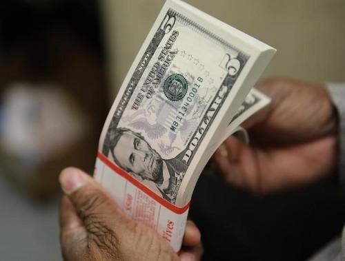 Dólar vai abaixo de R$3,10 com volta do BC ao mercado e exterior