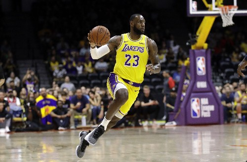 James captivates crowd in his Los Angeles Lakers debut