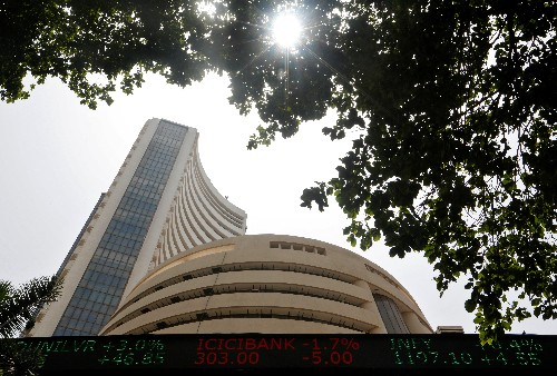 Sensex edges higher; Reliance Industries top boost