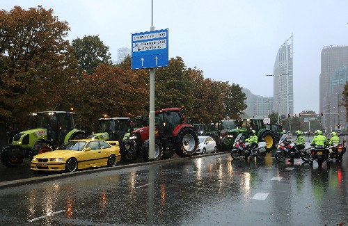 Angry farmers cause Dutch police to close off parliament square