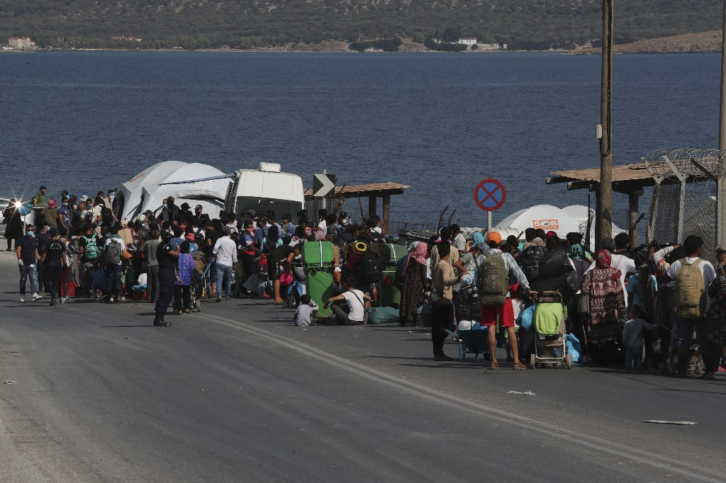 Greece: Police move more homeless migrants to new tent camp