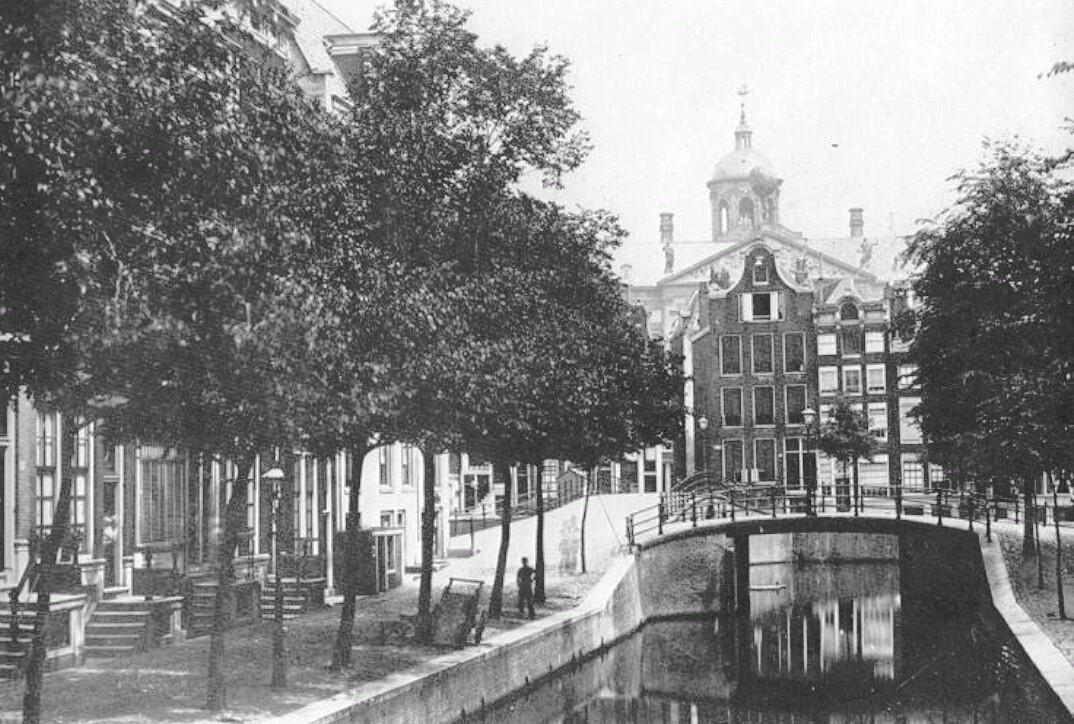 Warmoesgracht ter hoogte van Singel. Later gedempt en omgedoopt in de Raadhuisstraat.
